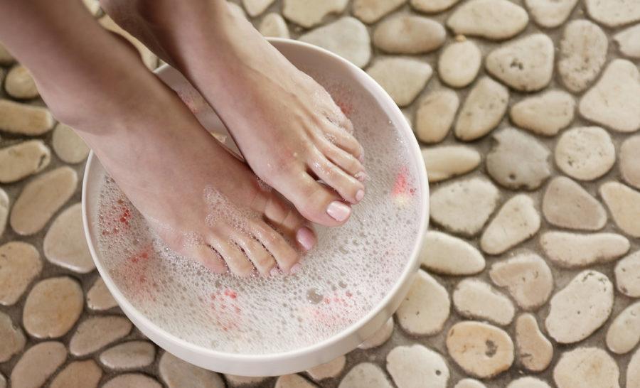 женские ноги в ванночке