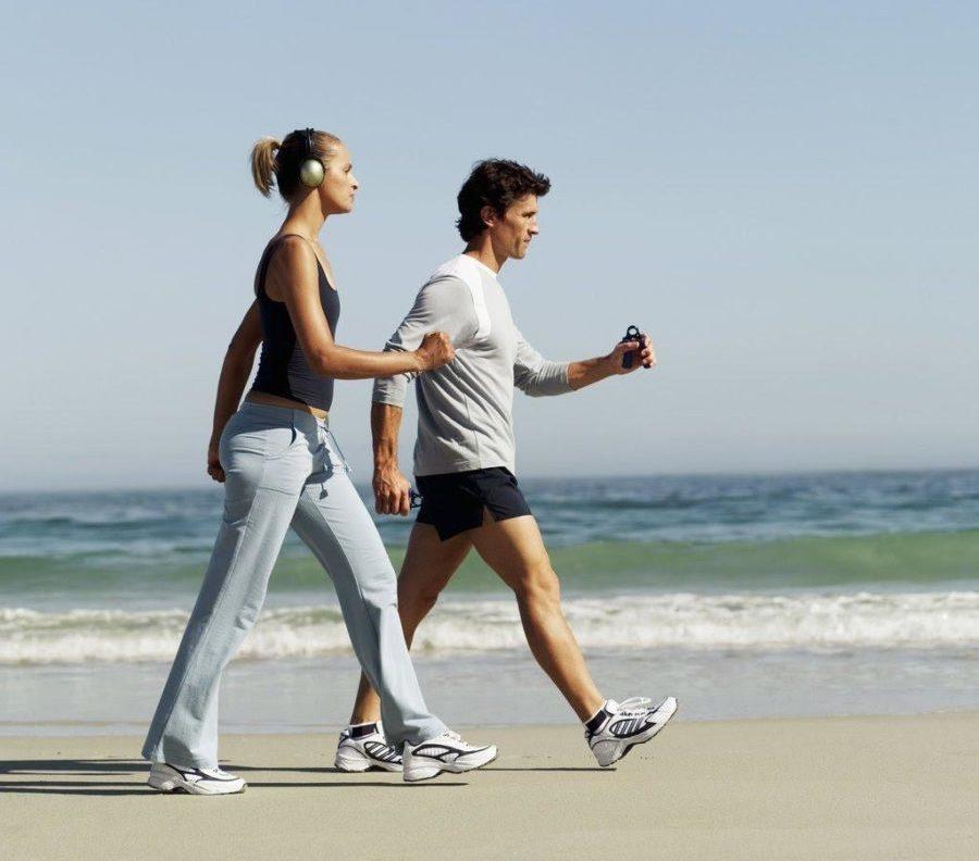 парень и девушка идут по пляжу
