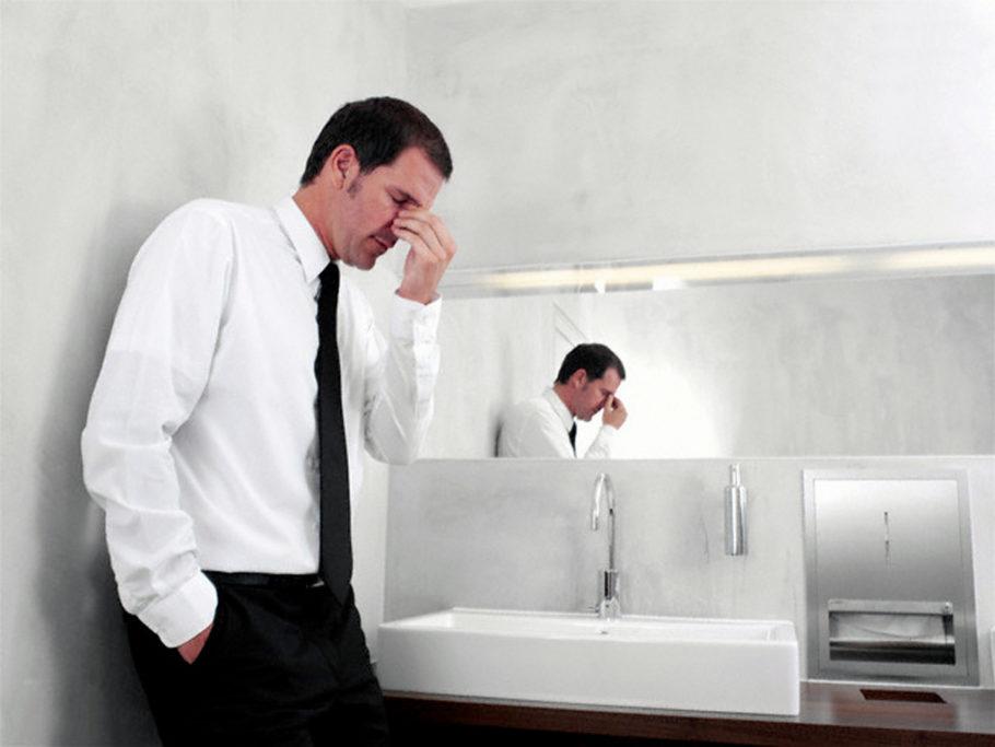 Острый простатит, согласно МКБ 10, способен вызывать осложнения в виде распространения очага воспаления на другие органы, из-за чего может развиться цистит