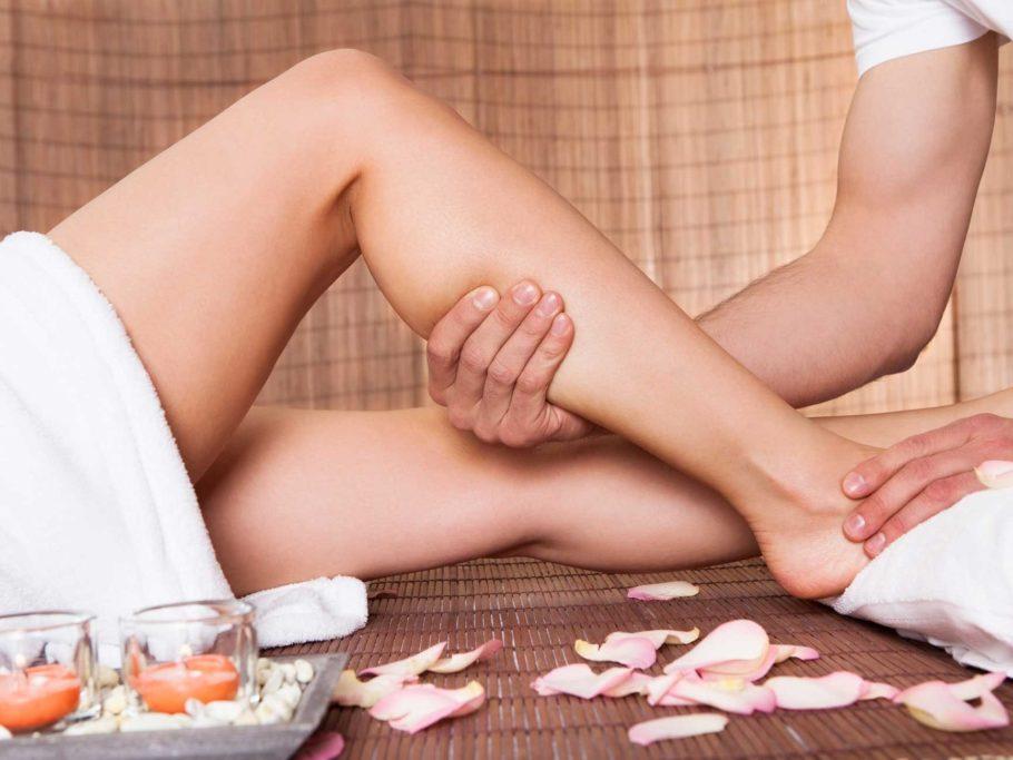 При варикозе массаж ни в коем случае не должен быть интенсивным, деформирующим, рубящим или резким