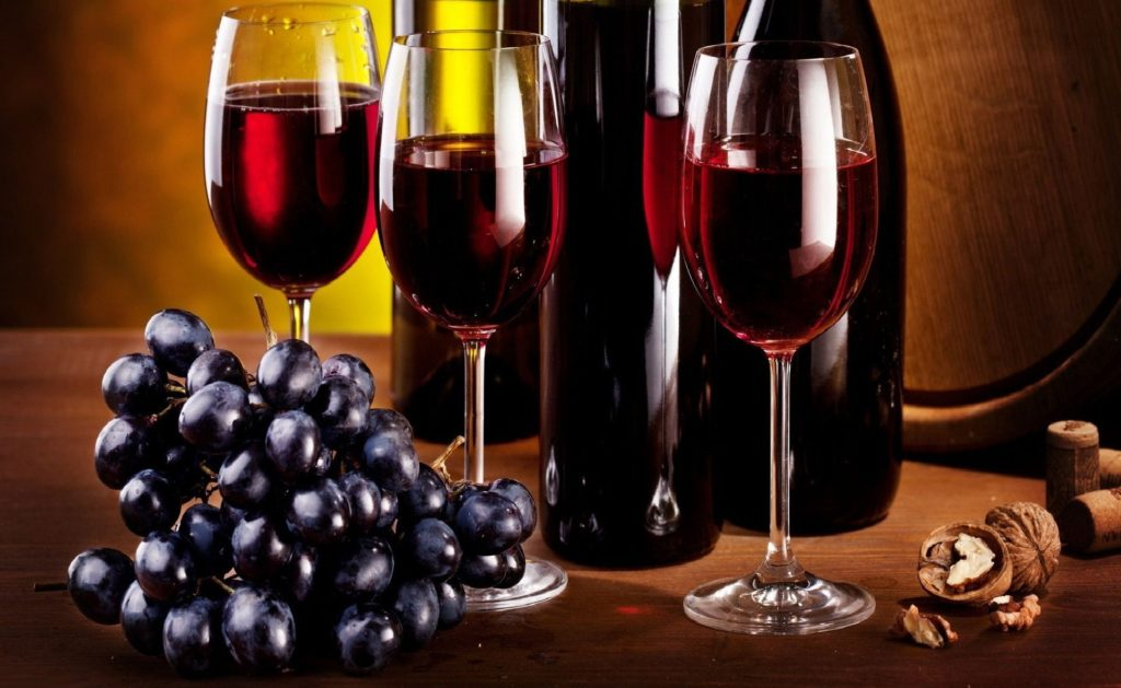 Бутылки и бокалы с вином