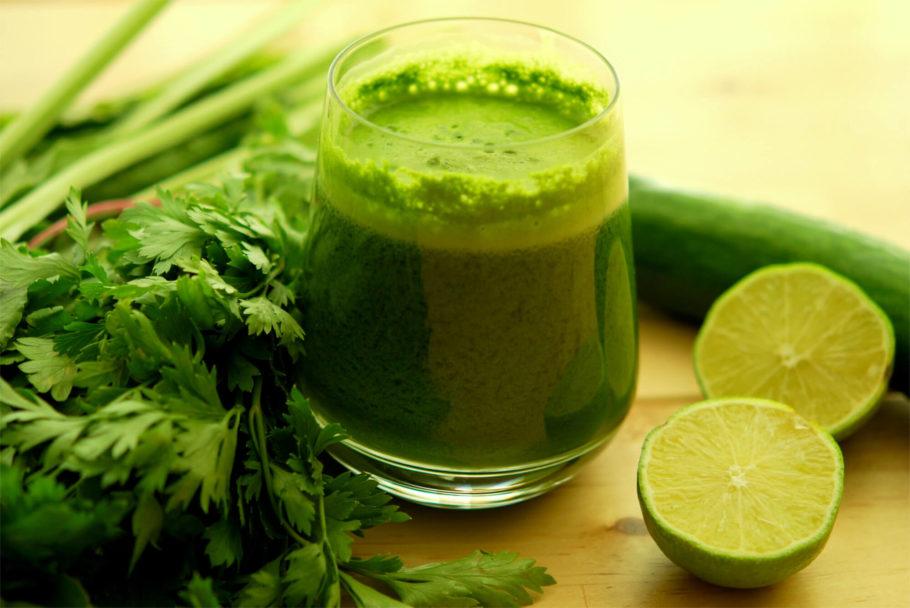 При приготовлении ее можно смешать с сельдереем, морковью, добавить по вкусу чеснок и пить вместо чая или воды для улучшения общего состояния организма