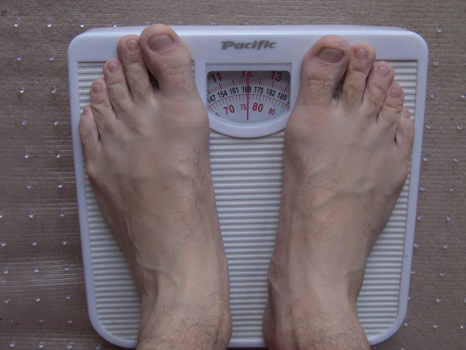 мужчина на весах