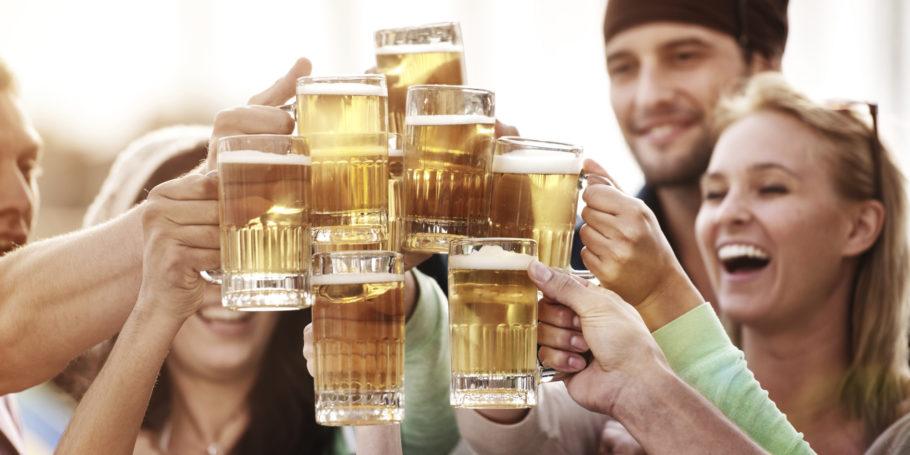 люди с кружками пива