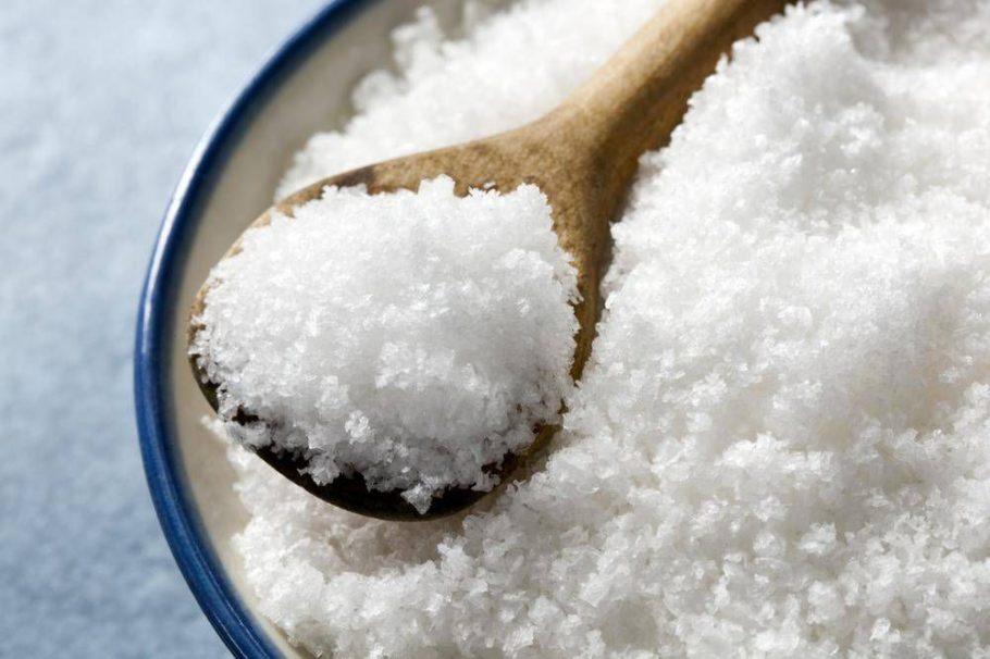 Традиционный солевой раствор (гипертонический), приготовленный в особых пропорциях, используется в повязках, в приготовлении лечебных ванн