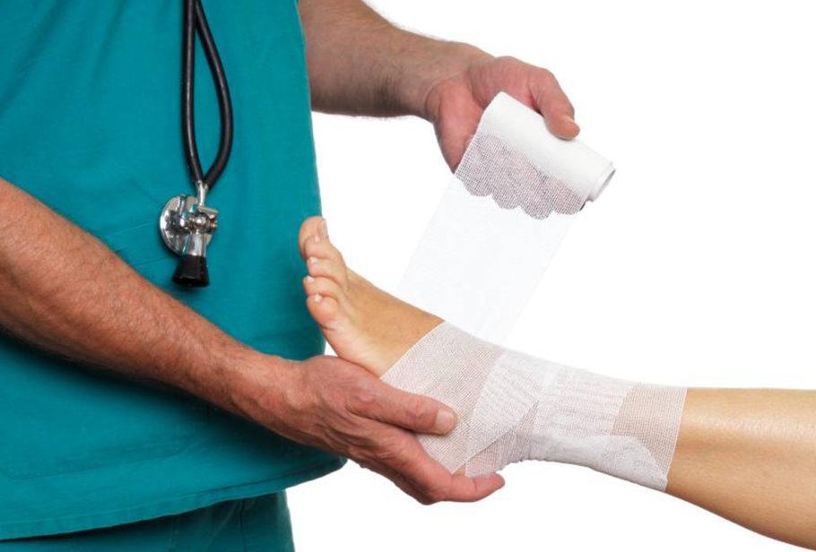 врач перевязывает ногу девушке