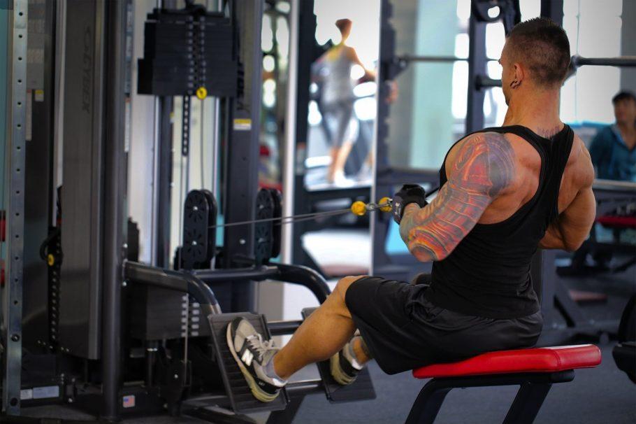 Увеличивайте рабочие веса, делайте на 1-2 повторения больше, чем в прошлую тренировку, меньше отдохните между подходами, но от тренировки к тренировке увеличивайте нагрузку