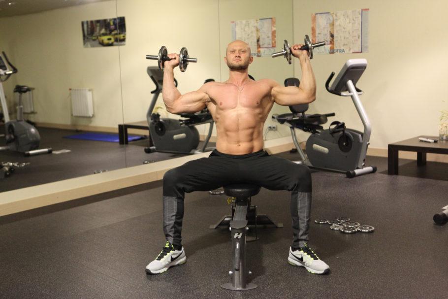 Широкие и объемные плечи у мужчин — одно из главных достоинств, на которое обращают внимание окружающие