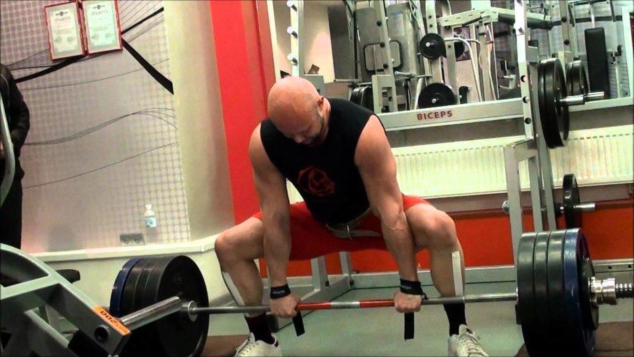 Согни колени и взрывным, но не резким движением, разгибая колени, подними корпус вместе со штангой