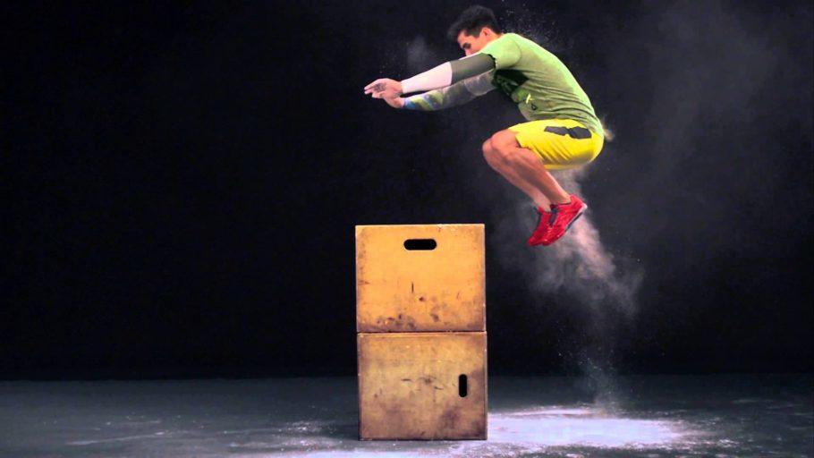 мужчина прыгает