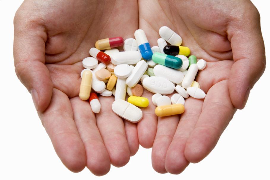 Принимать лекарства можно только по назначению врача