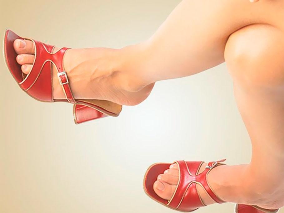 Придерживаясь модных тенденций, многие не задумываются, что тесное нижнее белье приводит к сдавлению вен на уровне паховых складок, а корсеты повышают внутрибрюшное давление, поэтому не рекомендуется носить их постоянно