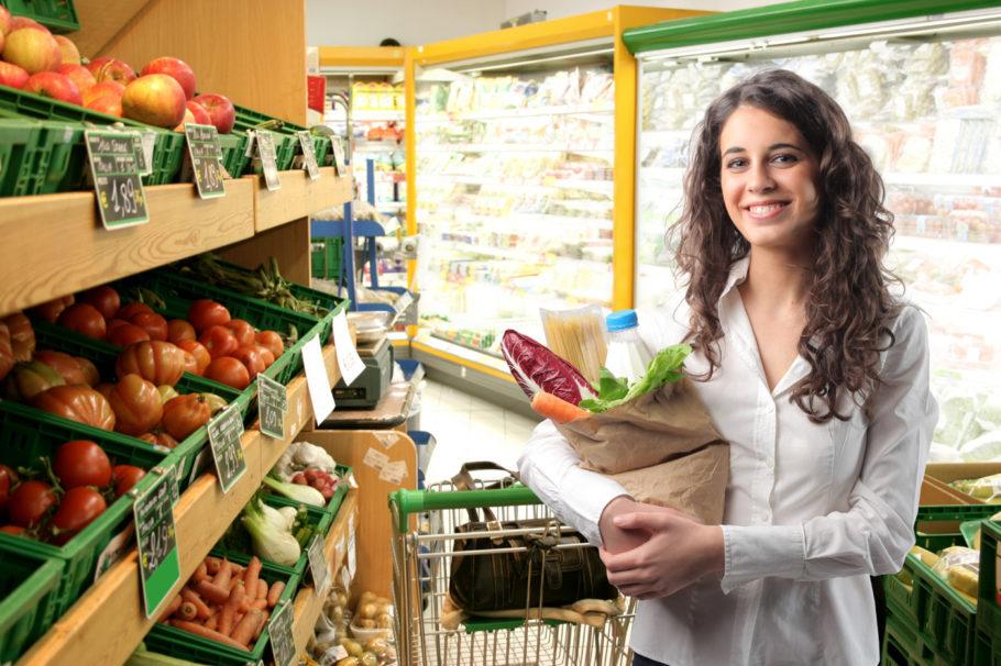 девушка с пакетом продуктов в магазине