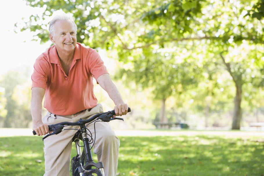 Мужчина катается на велосипеде в парке
