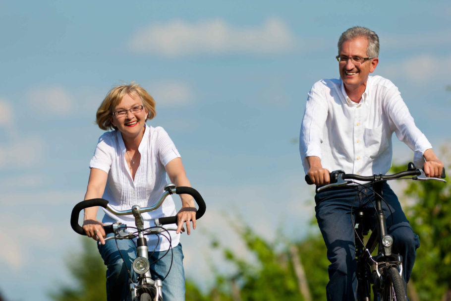 Мужчина с женщиной катаются на велосипеде