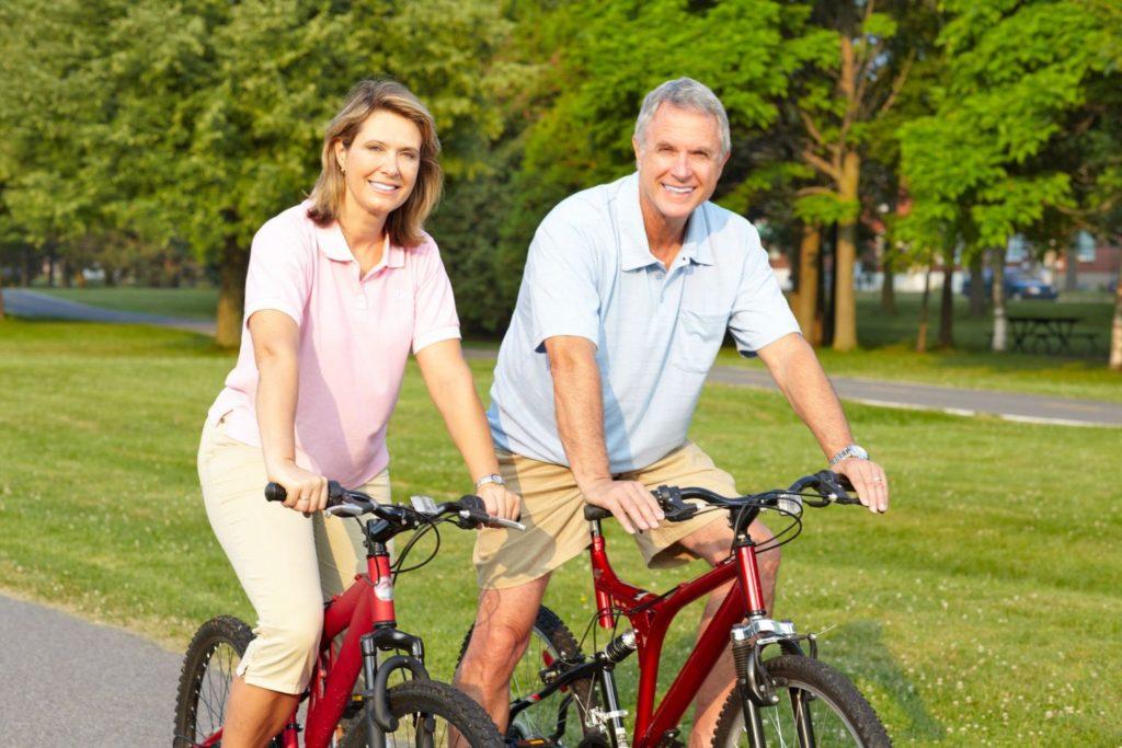 Мужчина и женщина катаются на велосипеде