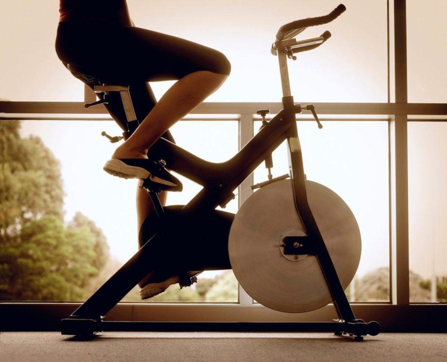 девушка на велотренажере