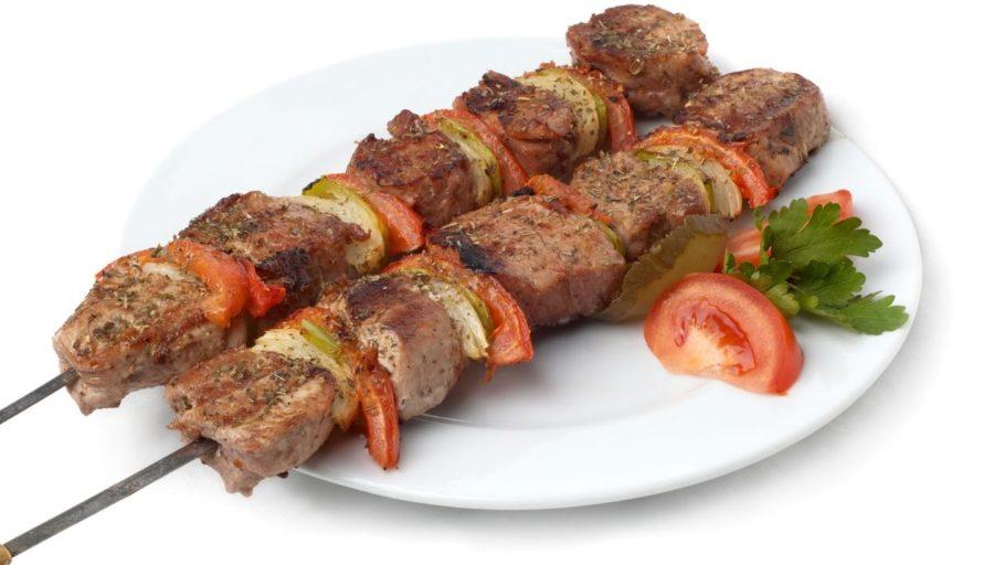 Многие ценители этого лакомства считают, что замачивать мясо совершенно необязательно. Хватит засыпать его специями и солью