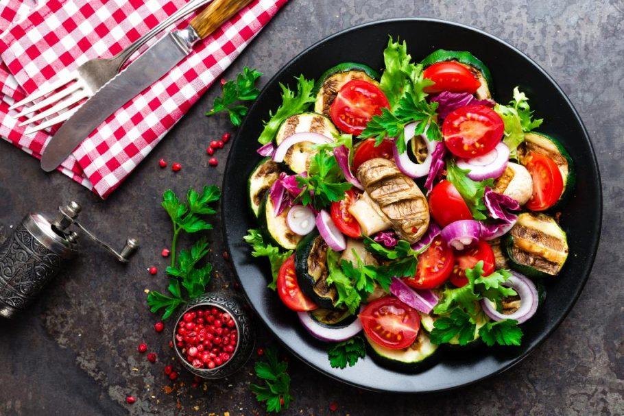 Вегетарианский микс на тарелке