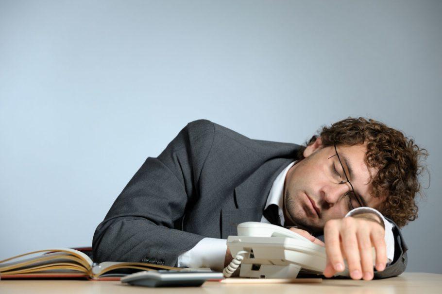 мужчина в костюме спит за столом
