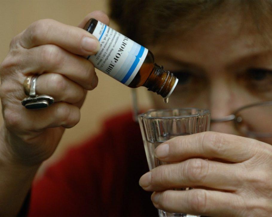 Женщина капает валокардин в стакан