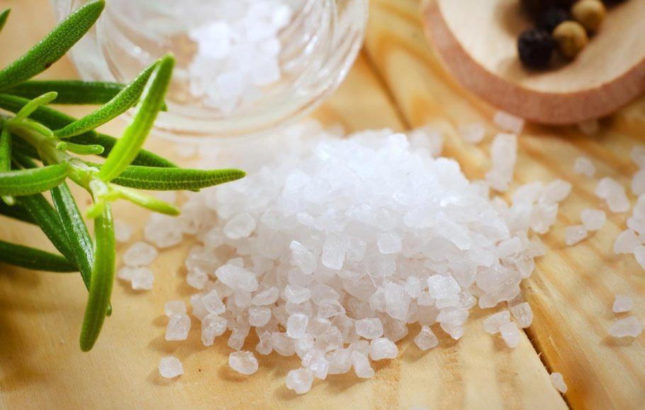 Крупная соль на столе