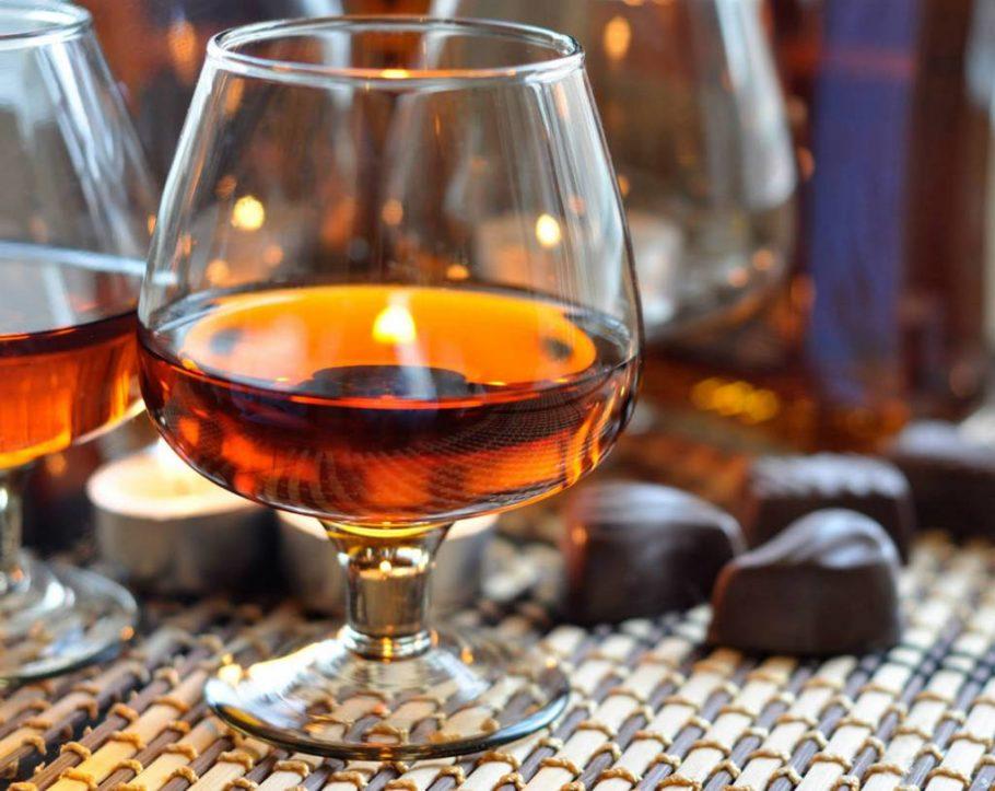 Коньяк в стакане и конфеты