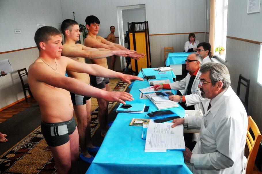Комиссия врачей осматривает призывников