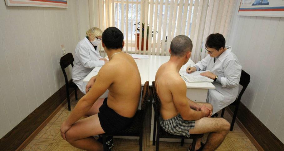 При получении повестки из военкомата юноше необходимо подготовиться к визиту и иметь на руках заключение терапевта и невропатолога