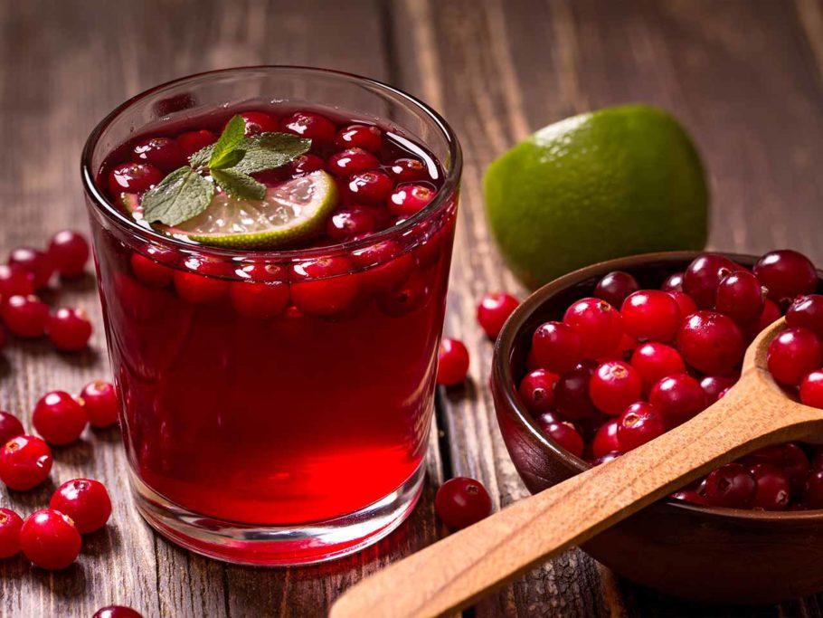 При артериальной гипертензии рекомендуется регулярно употреблять брусничный сок, желательно не менее 3-х раз в день по 1 ст. л