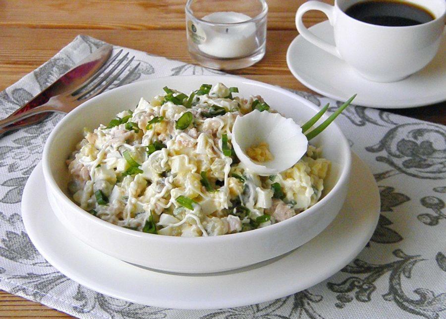 Картофельный салат с печенью трески и солеными огурцами