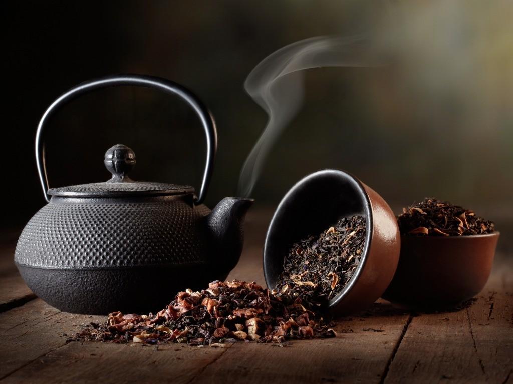 Чайник и просыпанная заварка