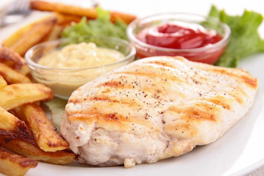 куриная грудка с картошкой и соусами