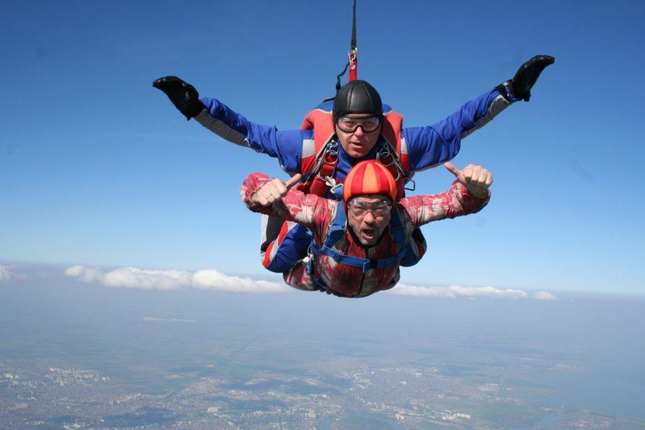 Двое мужчин прыгают с парашутом в связке