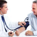 Доктор меряет давление мужчине