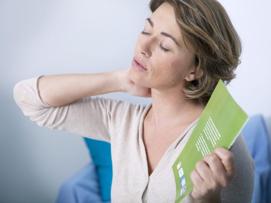Начавшиеся приливы, ухудшения памяти, внешности, сбои менструальных циклов заставляют даму потерять уверенность в себе