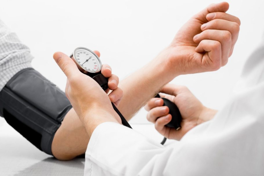 Никотин сильно влияет на сосуды и сердце пациента, вызывая гипертонию