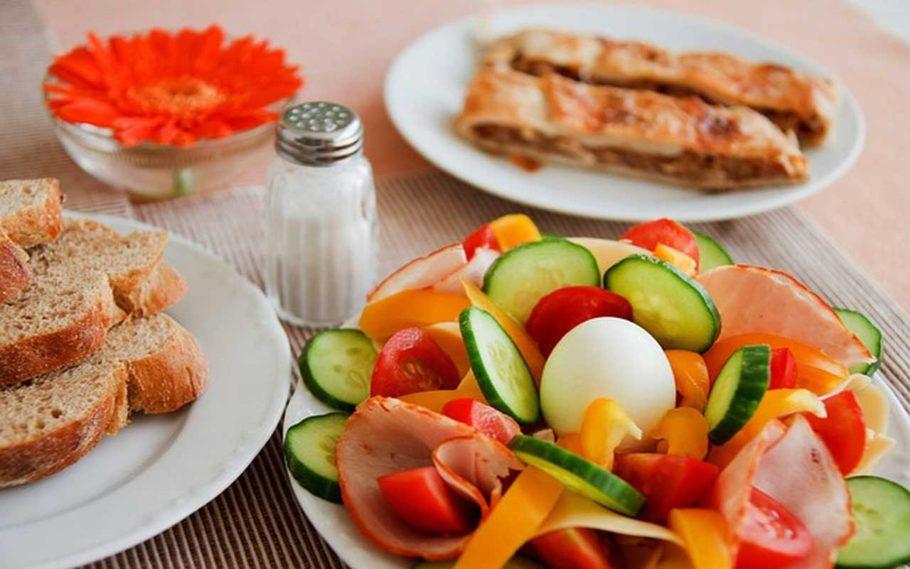 Тарелки с едой на столе
