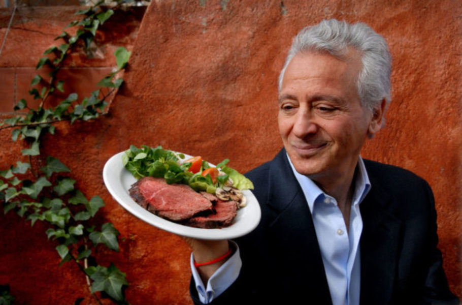 Пьер Дюкан с тарелком со стейком