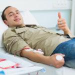 Мужчина сдает кровь