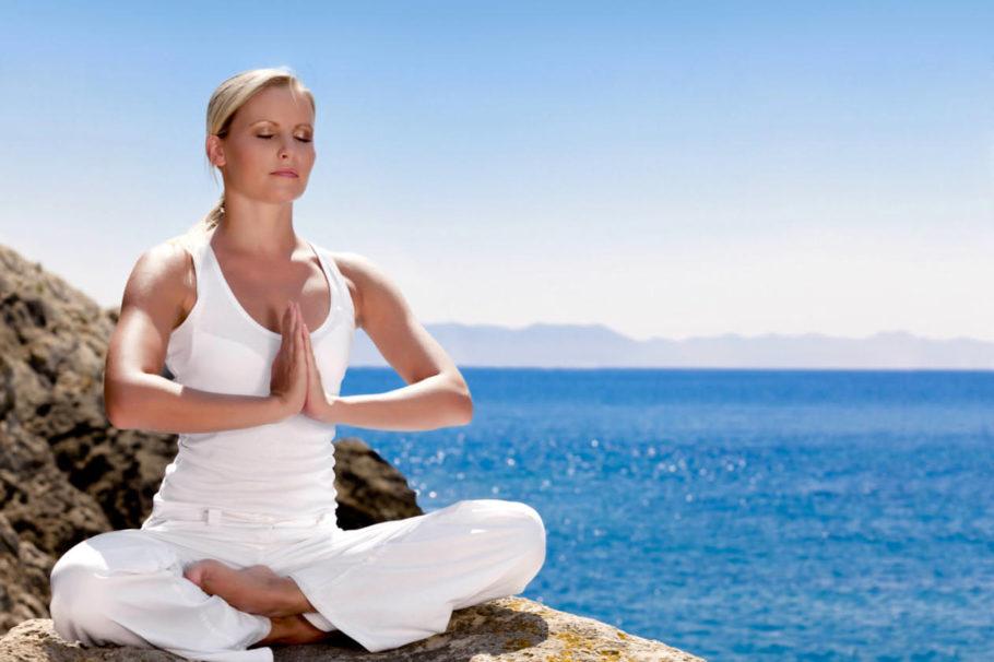 девушка медитирует на берегу
