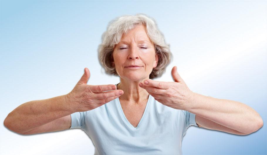 Женщина делает дыхательные упражнения