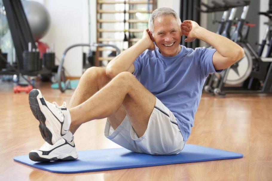 Пожилой мужчина занимается гимнастикой