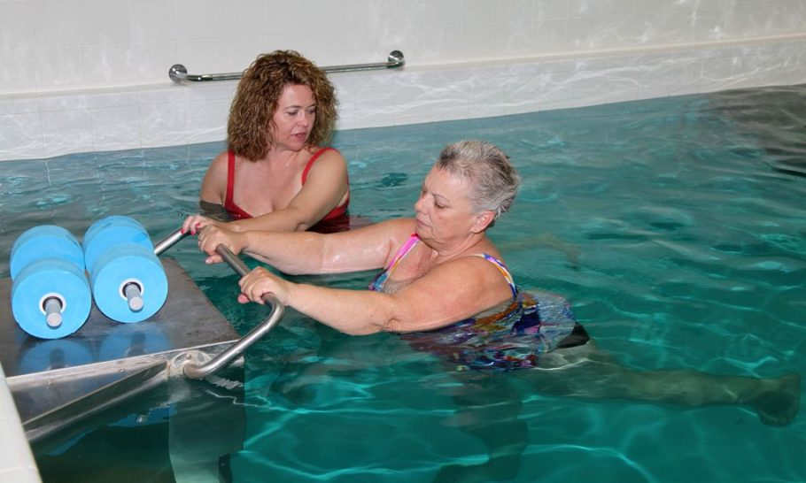 женщины плавают в басейне