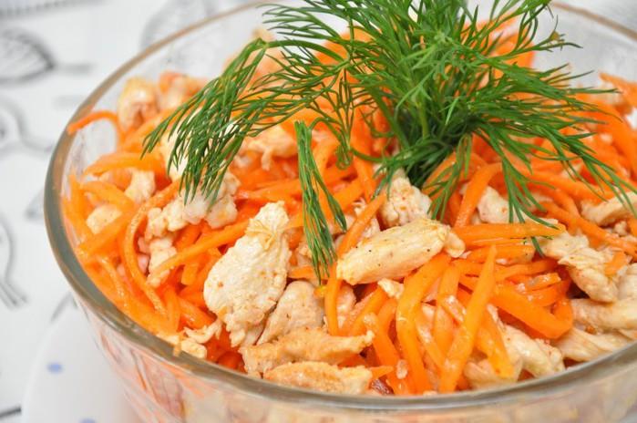 Палочки из курицы на перине из морковки