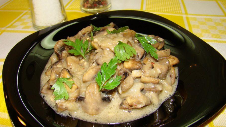 Сметанные грибы в белом вине