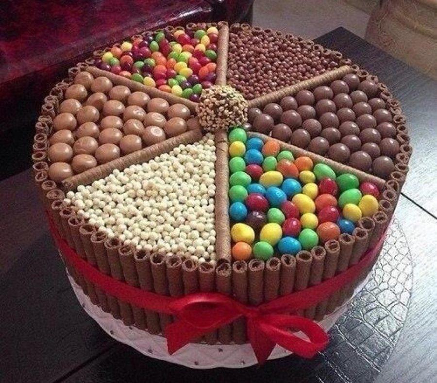 Вот такой простой, но очень вкусный и красивый способ придать тортику новогодний вид