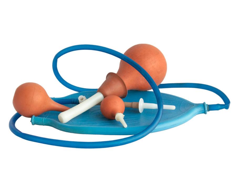 Процедура основана на введении в анальный проход составов, которые оказывают лечебное действие, устраняют процесс воспаления и нормализуют функцию пищеварения