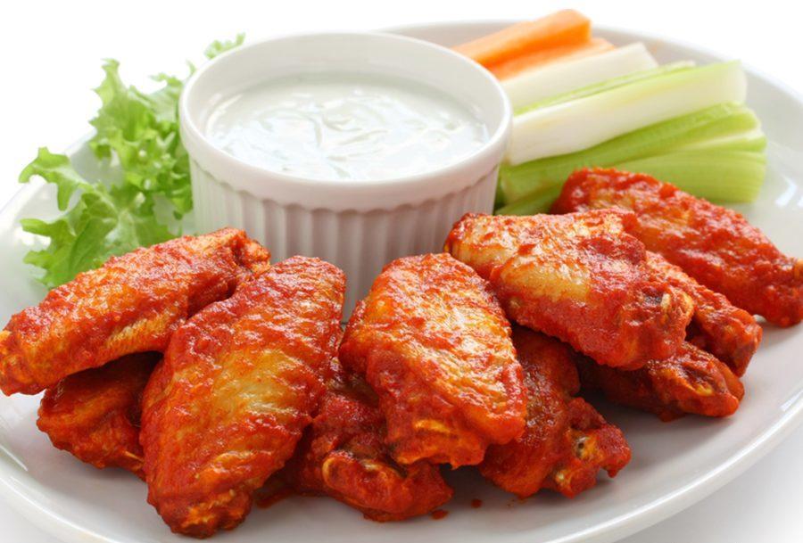 Жаренные куриные крылышки со сметанным соусом