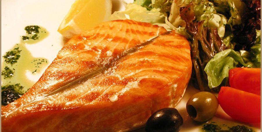 Жаренный лосось с оливками